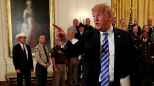 Tổng thống Mỹ Donald Trump chỉ trích tác giả bài viết chỉ trích ông trong cuộc gặp các cảnh sát trưởng tại Nhà Trắng ngày 05/09/2018.