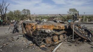 Blindado do exercito da Ucrânia destruído no vilarejo de Lutugine, próximo de Lugansk, leste da Ucrânia.