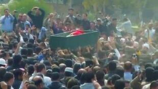 Enterro em Deera de uma das vítimas da repressão na Síria