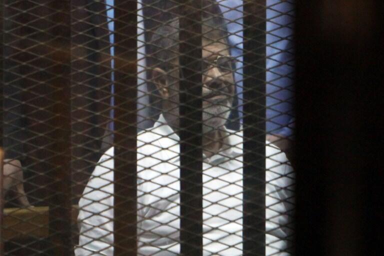 L'ancien président égyptien, Mohamed Morsi, lors d'un précédent procès au Caire, en avril 2015. Il avait alors écopé de 20 années de prison.