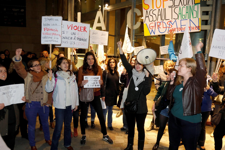 Manifestantes feministas protestam contra a retrospectiva de filmes de Roman Polanski em Paris, em outubro de 2017