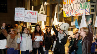 Quelques dizaines de personnes ont répondu à l'appel d'associations féministes, en protestant le 30 octobre 2017 contre la rétrospective consacrée à Roman Polanski à la Cinémathèque française à Paris.