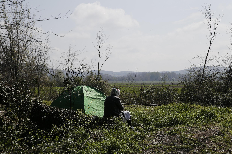 Une réfugiée syrienne installée avec sa tente près de la frontière gréco-macédonienne, à proximité du village d'Idomeni.