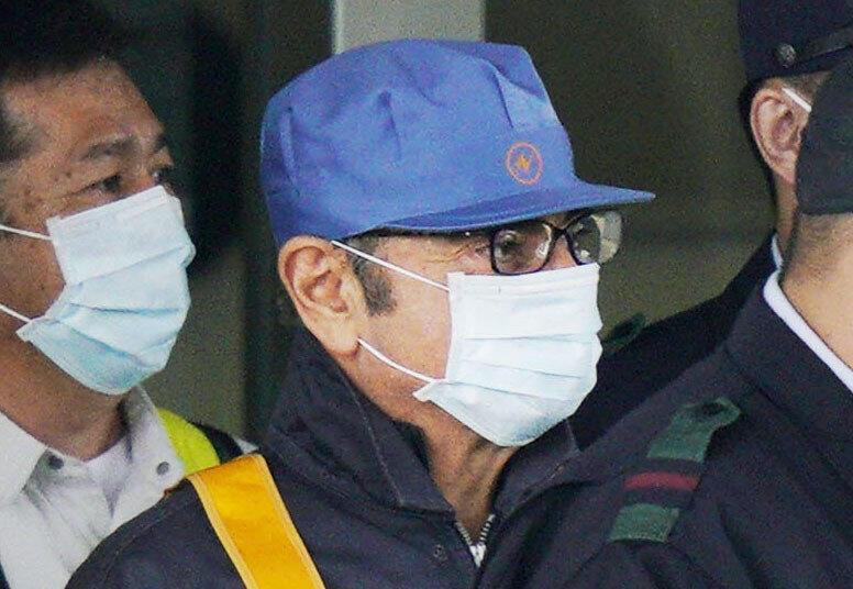 Cựu chủ tịch Nissan-Renault Calos Ghosn (có sọc vàng) ra khỏi nơi giam giữ, Tokyo, Nhật Bản, ngày 06/03/2019