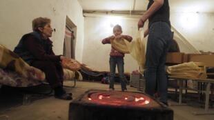 Près de 70% de la population a fui Stepanakert. Ceux qui restent se réfugient dans des abris souterrains comme cette famille, ici, le 22 octobre 2020.