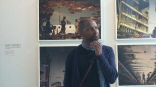 """Nú Barreto na exposição """"Beauté Congo"""" na fundação Cartier, em Paris."""