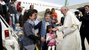 Papa Francisco acolhe grupo de refugiados em Roma, após visita a campo de Lesbos, na Grécia.