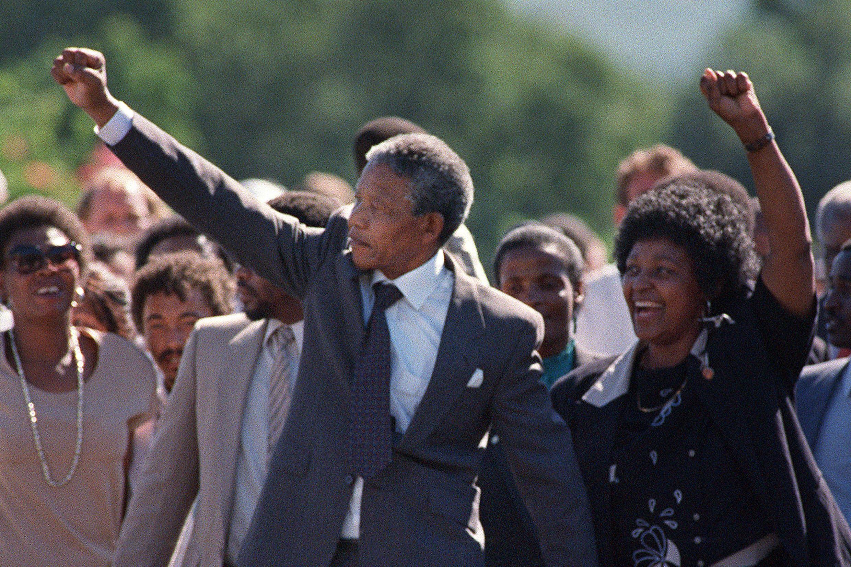 La militante anti-apartheid Winnie levant les poings et saluant les foules en liesse après la libération de son mari Nelson Mandela de la prison Victor Verster près de Paarl, le 11 février 1990.