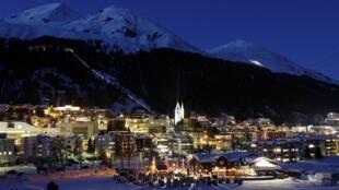 Vista noturna da cidade de Davos, na Suíça, em foto desta segunda-feira.