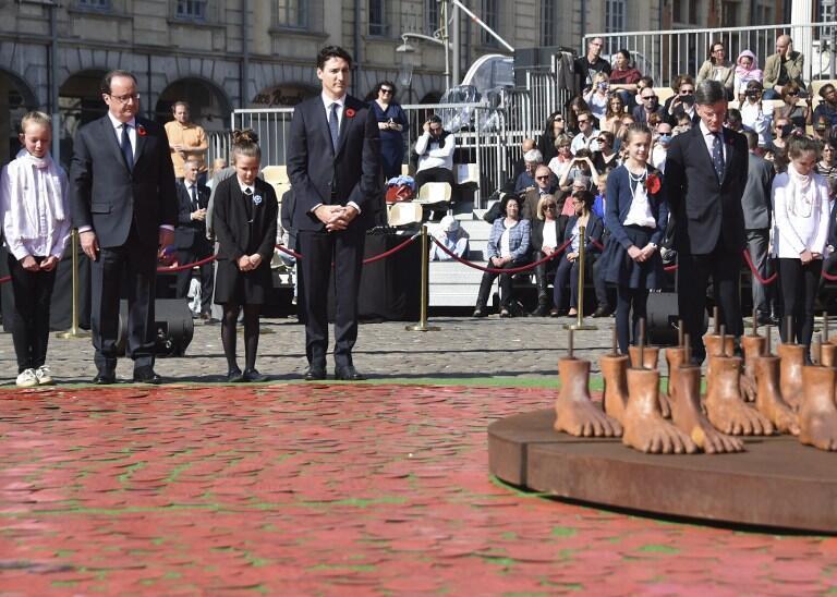 فرانسوا هولاند، رئیس جمهوری فرانسه و جاستین ترودو، نخست وزیر کانادا از بنای صلح هلن پولاک، هنرمند ونزوئلائی رونمایی کردند.
