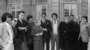 法国时装设计师高田贤三,安娜·玛丽·贝莱塔,让·查尔斯·卡斯岱尔贾克,尚塔尔·托马斯,阿莱克丝·吉尔,圣罗兰,当时的法国文化部长雅克·朗,索尼娅·里基尔,三宅一生,圣罗兰的合作伙伴皮埃尔·贝尔热,恩卡罗,摄于1984年