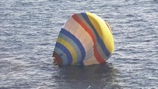 Khinh khí cầu của người Trung Quốc bị rơi trên biển Hoa Đông (Ảnh do tuần duyên Nhật công bố 02/01/2014)