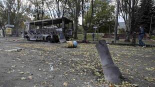 Mabaki ya basi liliyoshambuliwa kwa roketi Donetsk, jumatano Septemba 1 2014.