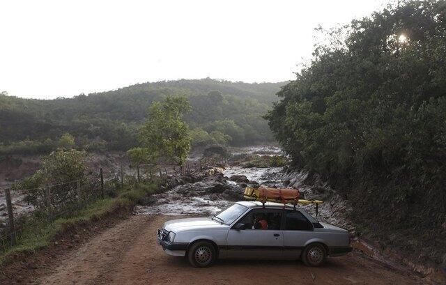 A onda de lama tóxica interrompe o tráfego em várias estradas de terra na região de Mariana.