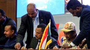 Wakilan farar da sojoji masu mulkin Sudan yayin sa hannu kan yarjejeniyar kafa gwamnatin hadin gwiwa.
