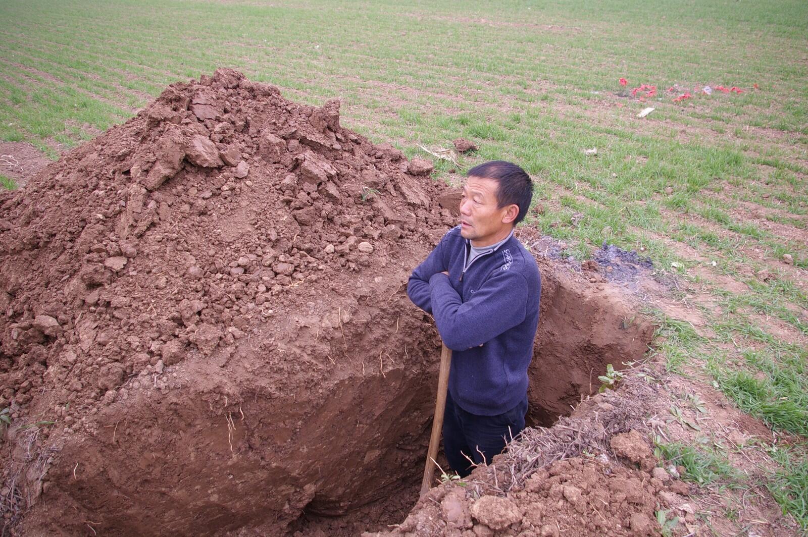 Người dân Chu Khẩu  bị buộc phải 'san bằng' mồ mả ông bà, nếu không muốn thấy  xe ủi đất làm việc này.