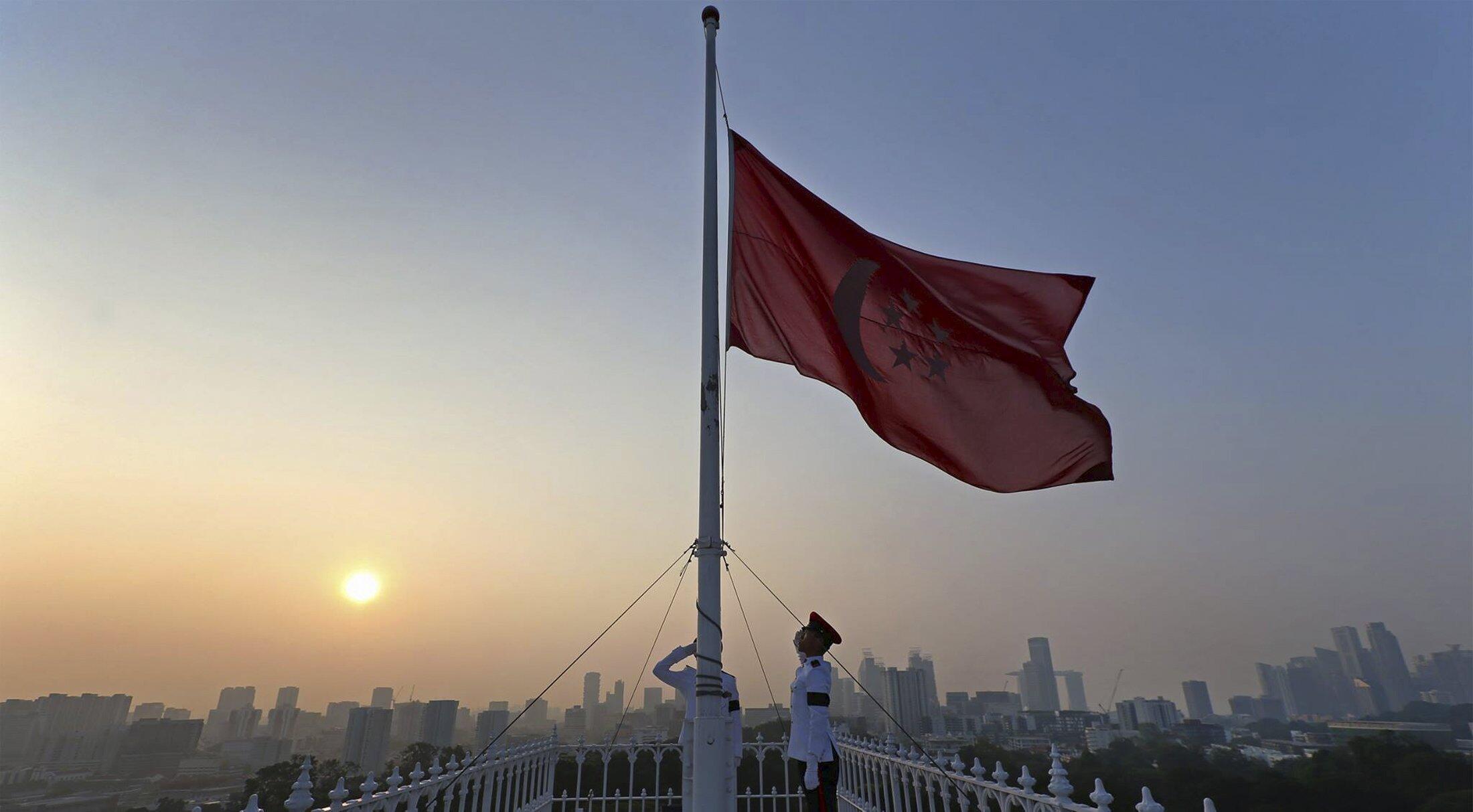 Singapore hạ cờ để quốc tang cố Thủ tướng Lý Quang Diệu qua đời ngày 21/03/2015.