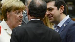 Alexis Tsipras échange avec Angela Merkel et François Hollande (de dos), à Bruxelles, le 12 juillet 2015.