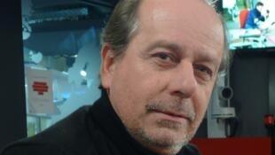 Vicente Pradal en los estudios de RFI.