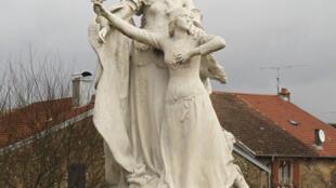 Estatua representando a la Virgen María y a Juana de Arco con una espada, en Domrémy, Francia.