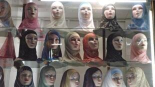 Vitrine de véus islâmicos em Paris.