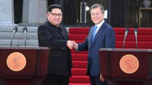 27 апреля Ким Чен Ын (слева) и Мун Чже Ин договорились подписать мирное соглашение до конца года и приступить к ядерному разоружению полуострова.