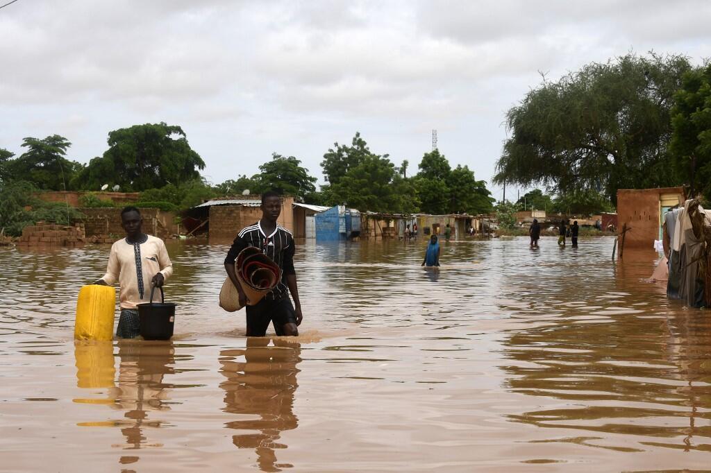Uma rua de Niamey, capital do Níger, inundada pelas chuvas  torrenciais que  caiem no país da África central, desde meados de Agosto de 2020.