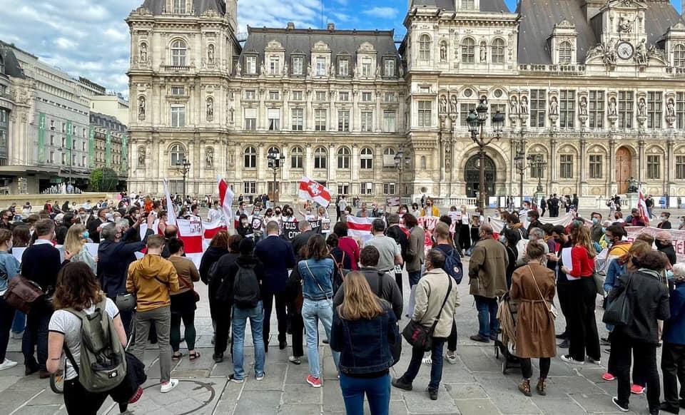 Акция с требованием освобождения Романа Протасевича и Софьи Сапеги. Площадь перед мэрией Парижа. 28/05/2021.