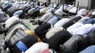 Oração na rua des Poissonniers, em Paris.