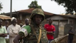 Un soldat de l'Union africaine lors des funérailles de deux hommes tués dans le quartier PK5 à Bangui, en mars 2014.