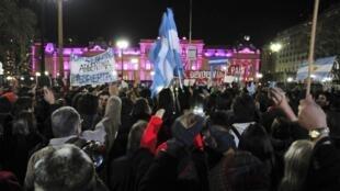 Argentinos lotam a avenida da Casa Rosada em panelaço na noite de quinta-feira, 7 de junho, em Buenos Aires.