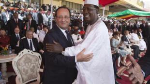 Accolade entre François Hollande et Idriss Deby lors de l'intronisation du président malien Ibrahim Boubacar Keïta le 19 septembre 2013 à Bamako