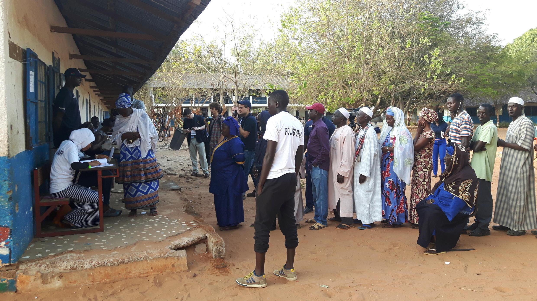 Les électeurs gambiens se sont pressés, jeudi matin 6 avril 2017, pour élire leurs députés. Ici, le bureau de vote de Bakau, à Banjul (Photo d'illustration).