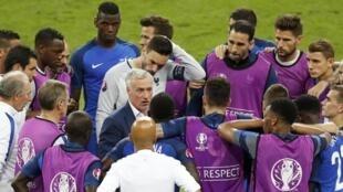 Didier Deschamps au milieu des joueurs de l'équipe de France de football, durant la finale de l'Euro 2016 face au Portugal.