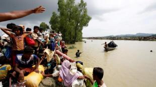 Des réfugiés rohingyas attendent un bateau après avoir traversé la frontière entre la Birmanie et le Bangladesh, en september 2017 (photo d'illustration).