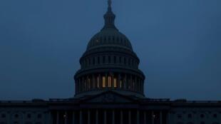 晨雾中的美国国会大厦