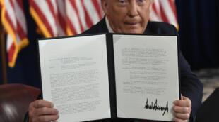 O presidente Donald Trump mostra uma das quatro ordens executivas assinadas para atenuar os efeitos da crise econômica causada pela epidemia de coronavírus nos Estados Unidos.