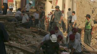 Le curé de l'église de Pisco, qui s'est effondrée durant le violent tremblement de terre qui a frappé le Pérou, a été sorti indemne des décombres par les sauveteurs. José Torres célébrait une messe pour les défunts lorsque le bâtiment s'est effondré.