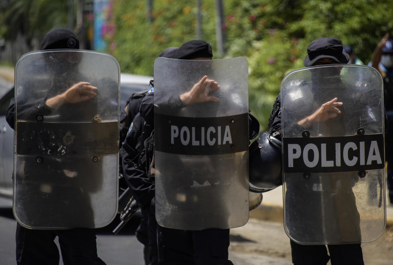Policías antidisturbios montan guardia frente a la casa de la opositora Cristiana Chamorro, exdirectora de la Fundación Violeta Barrios de Chamorro y candidata a la presidencia, tras su detención en Managua, el 2 de junio de 2021