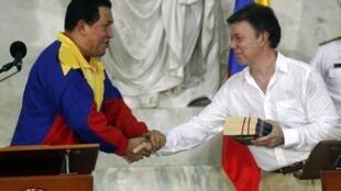 O presidente Hugo Chavez e o novo chefe de estado colombiano, Juan Manuel Santos, fizeram as pazes nesta terça-feira.