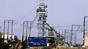 Une mine de platine en Afrique du Sud en 2004. L'Afrique du Sud, premier producteur mondial de platine, est entrée officiellement en récession.