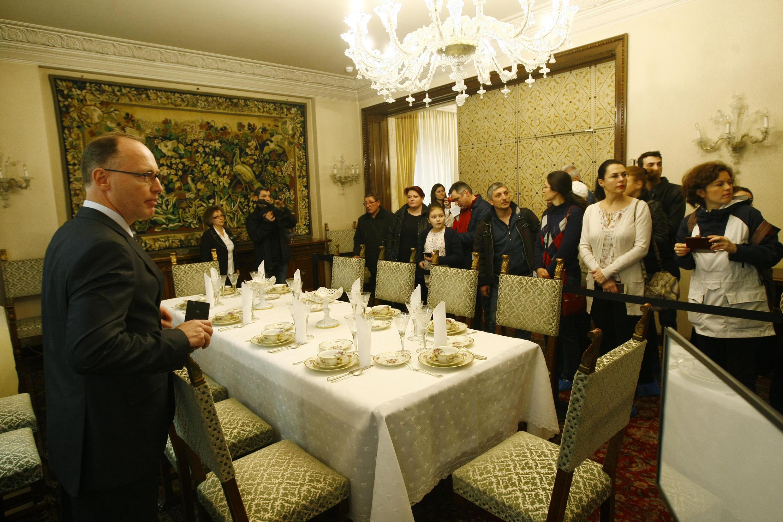 Ngày 12/03, hơn 300 người đã được mời tới thăm quan miễn phí dinh thự cũ của nhà độc tài Nicolae Ceausescu.