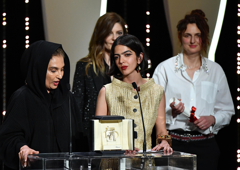 سولماز پناهی (نفر وسط) از طرف پدرش جعفر پناهی جایزه بهترین فیلمنامه جشنواره کن را دریافت کرد