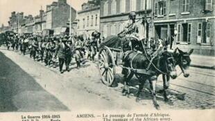 Lors de la Première Guerre mondiale, 1914-1915, à Amiens, le passage de l'armée d'Afrique.