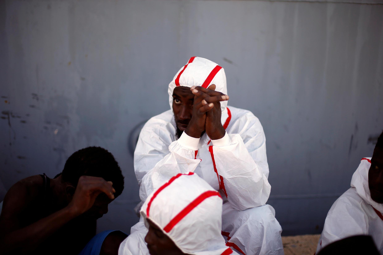 Des migrants sauvés par les gardes côtes de Tripoli, le 6 novembre 2017.