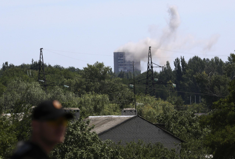 Un bâtiment abritant des séparatistes, touché par un tir de l'armée urkainienne, lundi 28 juillet près de Donetsk, dans l'est de l'Ukraine.