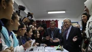 Le secrétaire général des Nations unies Antonio Guterres (d) en visite dans une école de l'UNRWA dans le camp de Baqa'a, près d'Amman, le 6 avril 2019.