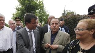 O ministro do Interior francês, Manuel Valls, cumprimenta moradora de Amiens, cidade que foi palco de violentos conflitos entre gangues de jovens e a polícia.