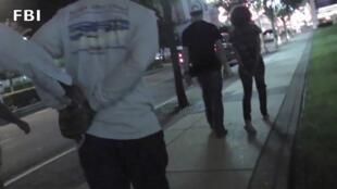 Captura de pantalla de un video que muestra la detención de proxenetas por el FBI en Nueva Jersey, este 29 de julio.