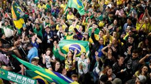 Les supporters Jair Bolsonaro fêtent la victoire de leur candidat dans les rues de Sao Paulo, le 28 octobre 2018.